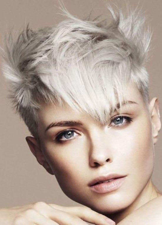 Capelli bianchi, il nuovo trend moda. A tutte le età