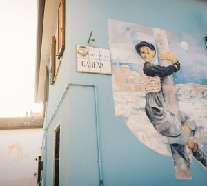 street-art-a-rimini-tela-urbana-con-le-coordinate-di-google-maps