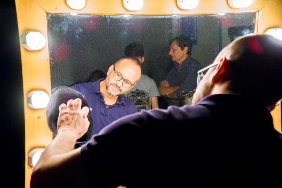 Massimo prepara con cura lo specchio