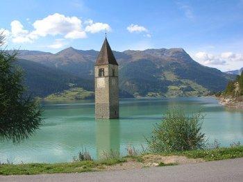 Uno dei simboli dell'Alto Adige: il campanile del lago di Resia, testimonianza dello scomparso paese di Curon