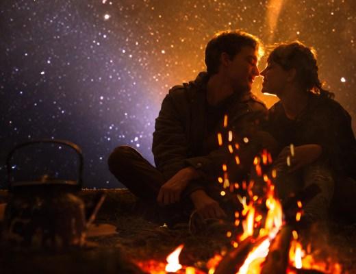 Sen Bir Kadını Sevdin mi Hiç: Kumsalda ateş başında başbaşa genç bir çift