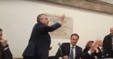 """""""abbiamo sbagliato, te l'ho detto 100 volte, scusa"""". È questo il tenore del video girato da un nostro lettore durante l'incontro tra operai Roma Multiservizi e alcuni esponenti del M5S. Si parla di voti dati sulla base di promesse non mantenute."""