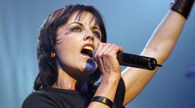 La cantante dei Cramberries, Dolores O'Riordan, è morta a Londra, dove si trovava per registrare dei brani per il nuovo album.