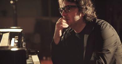 Remo Anzovino, pianista, compositore e avvocato, presenterà Nocturne, suo ultimo lavoro, in due concerti esclusivi, a Milano e Trieste.