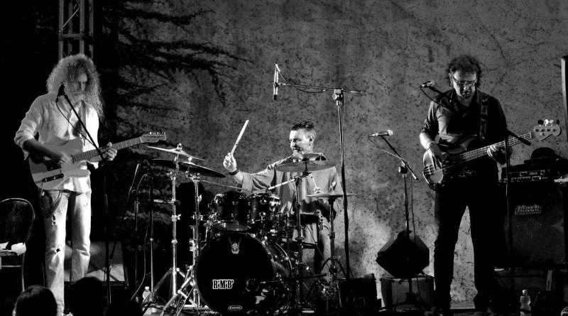 In tutti gli store digitali ed in cd fisico ecco Shui, il primo album dei toscani R'M'B, band attiva dal 2015. Acqua perRock, Pop, Funky e il Progressive Rock.