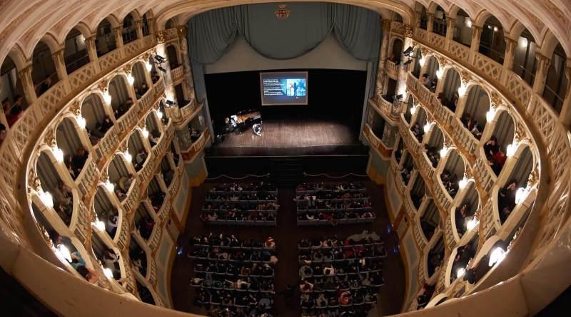 In occasione degli European Opera Days, lo Sferisterio propone tre appuntamentinell'ambito degli Aperitivi Europei: una conferenza spettacolo, un Cluedo Vivente sul Flauto magico e un Djset operistico.