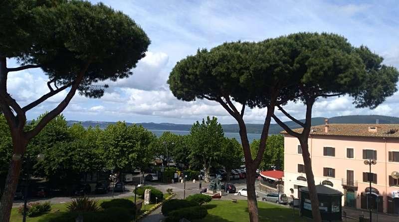 Dopo la grande sofferenza del Lago di Bracciano del 2017, anche Trevignano Romano si prepara per una entusiasmante stagione estiva. All'insegna di colori, sapori, suoni e arte.
