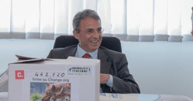 """Consegnate al Ministro Sergio Costa le firme raccolte da Animalisti Italiani Onlus per salvare i Lupi. Caporale """"siamo certi, che si aprirà un nuova fase di cooperazione""""."""