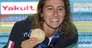 """Raggi premia in Campidoglio Simona Quadarella, oro ai Mondiali di nuoto 2019. """"Esempio positivo e vincente per i giovani, testimonianza di determinazione e umiltà"""""""