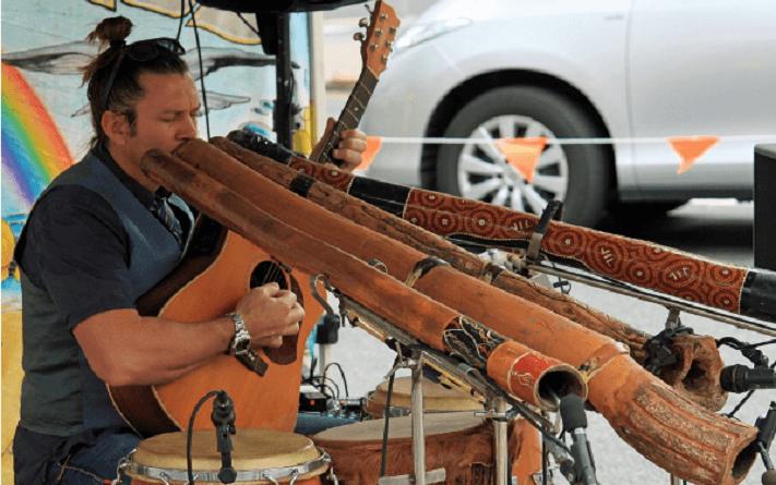 Didgeridoo, lo strumento a fiato dell'ancestrale cultura aborigena australiana, ancora poco conosciuto benché il suo suono abbia effetti terapeutici per il corpo e per la mente.