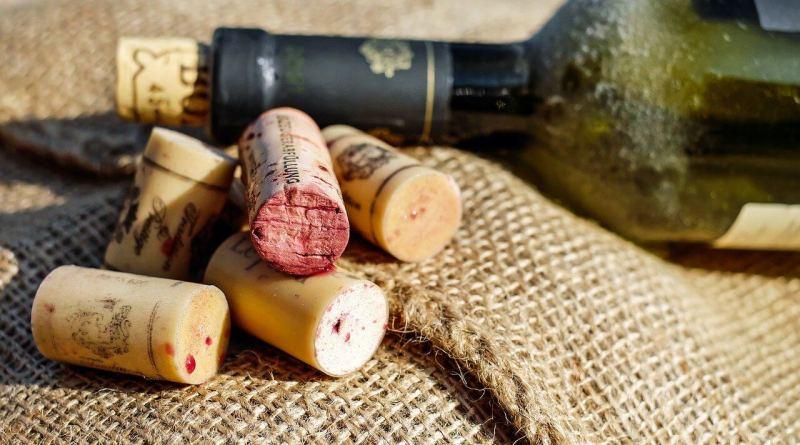 Spesso troviamo sulle etichette dei vini indicazioni e sigle delle quali non conosciamo il significato. DOC, DOCG e IGT sono i famosi disciplinari ...