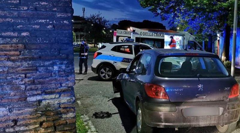 Provocano incidente ferendo una donna e fuggono, bloccati da una pattuglia della Polizia Locale dopo un inseguimento.