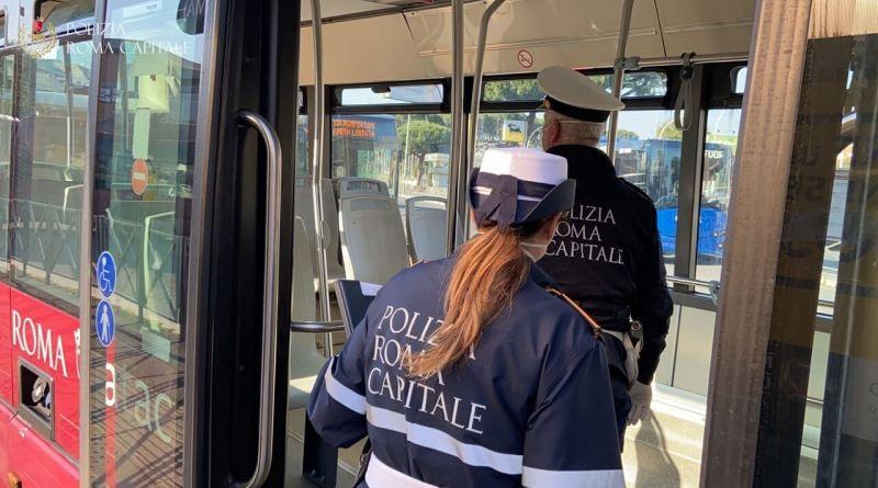 Limitazione del contagio, verifiche della Polizia Locale su persone a bordo di bus e taxi: tra le persone sanzionate una massaggiatrice a domicilio