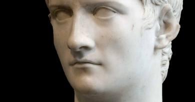 Caligola è certamente uno degli imperatori maggiormente maltrattati dalla storiografia: nasce con il nome di Gaio Giulio Cesare Germanico il 31 agosto del 12 DC, forse a Treviri o a Tivoli, ma più probabilmente ad Anzio.