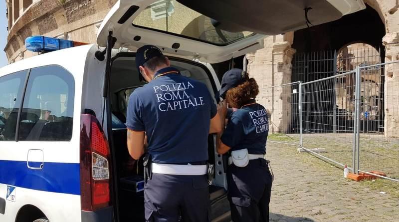 Operazioni anti abusivismo: sequestrato circa 1.000 articoli. La Polizia Locale ferma saltafila ricercato. Alla vista della Pattuglia si è dato alla fuga.