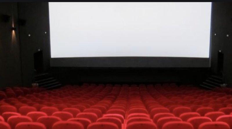 A causa della chiusura dei cinema e delle sale cinematografiche, il botteghino globale è diminuito di miliardi di dollari e lo streaming è diventato più popolare.