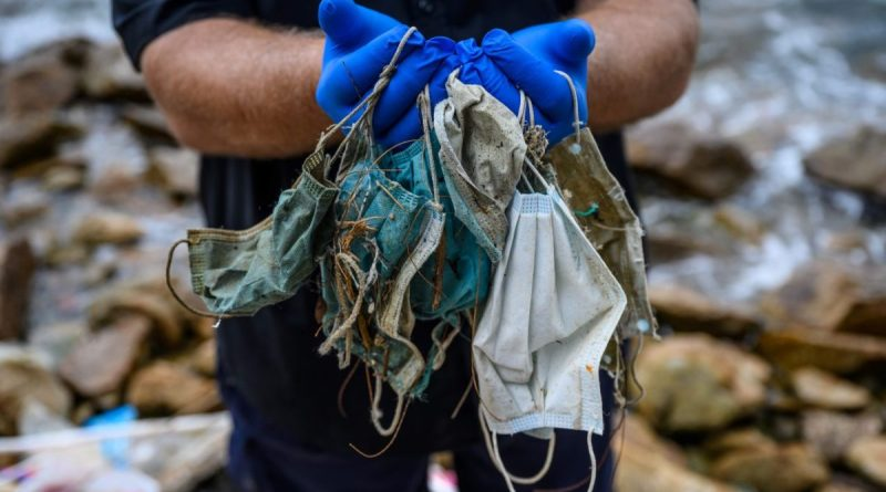 Raccolta speciale rifiuti per i soggetti in quarantena. Cosa bisognerebbe fare e cosa viene fatto. Dalla raccolta porta a porta per chi sta in quarantena ai Dpi abbandonati.