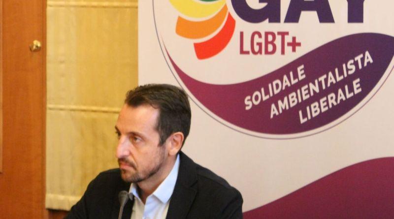 Si riparte con Fabrizio Marrazzo, fondatore di Gay Help line e di Gay Center, si candida come sindaco per il Partito Gay, solidale, ambientalista e liberale.