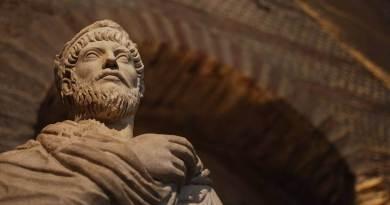 Flavio Claudio Giuliano nasce il 6 novembre del 331 a Costantinopoli: quando ha appena sei anni, Costantino muore e la sua morte causa come prevedibile un terremoto politico.