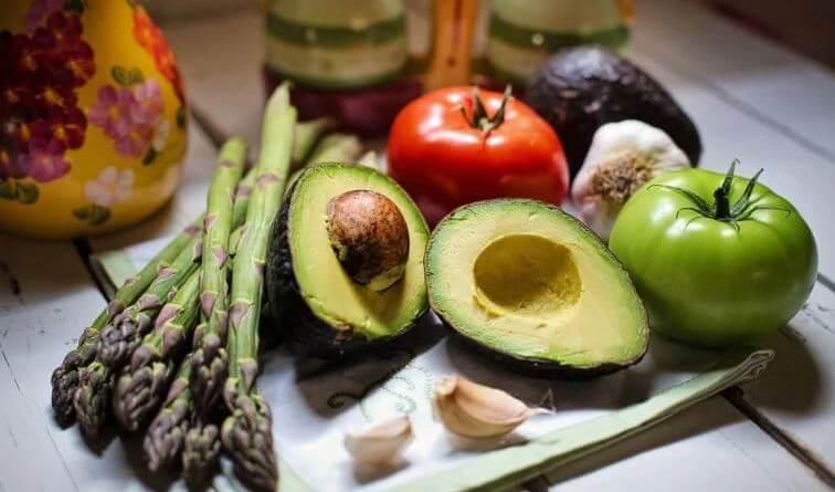 Frutta, verdura, semi oleosi, aglio, spezie, zenzero, lievito di birra: quante volte avete letto o sentito dire che questi alimenti innalzano le difese immunitarie del nostro organismo?