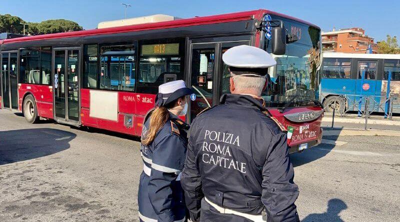 Si rifiuta di indossare la mascherina a bordo dell'autobus, linea 70. Fermato e denunciato dalla Polizia Locale di Roma Capitale.