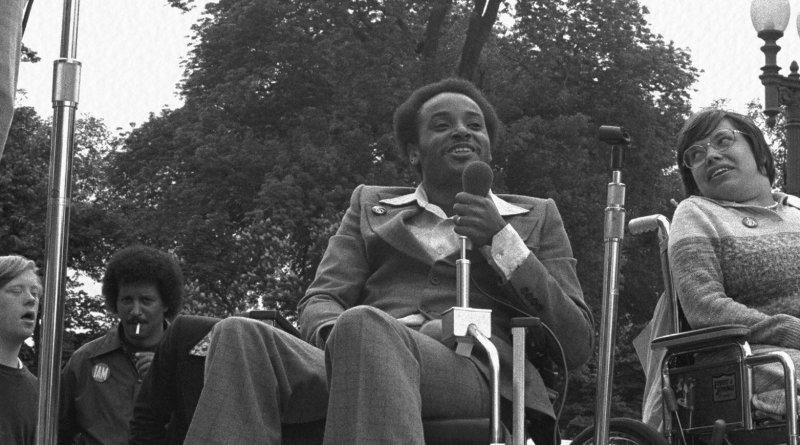 Brad Lomax è famoso per il sit-in di San Francisco del 1977 chiedendo di far rispettare il Rehabilitation Act del 1973 che era ignorato