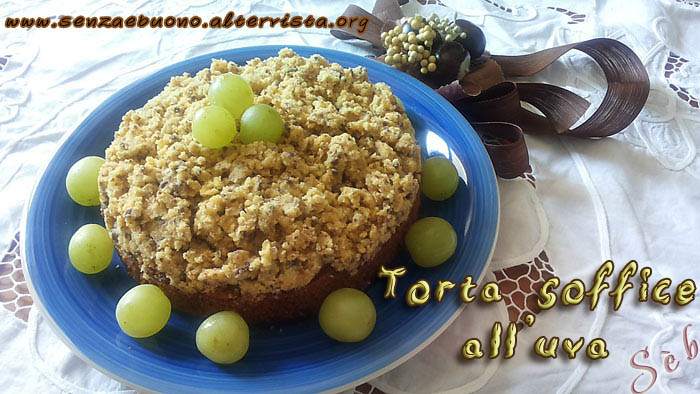 Torta soffice all'uva con briciole di mais e riso