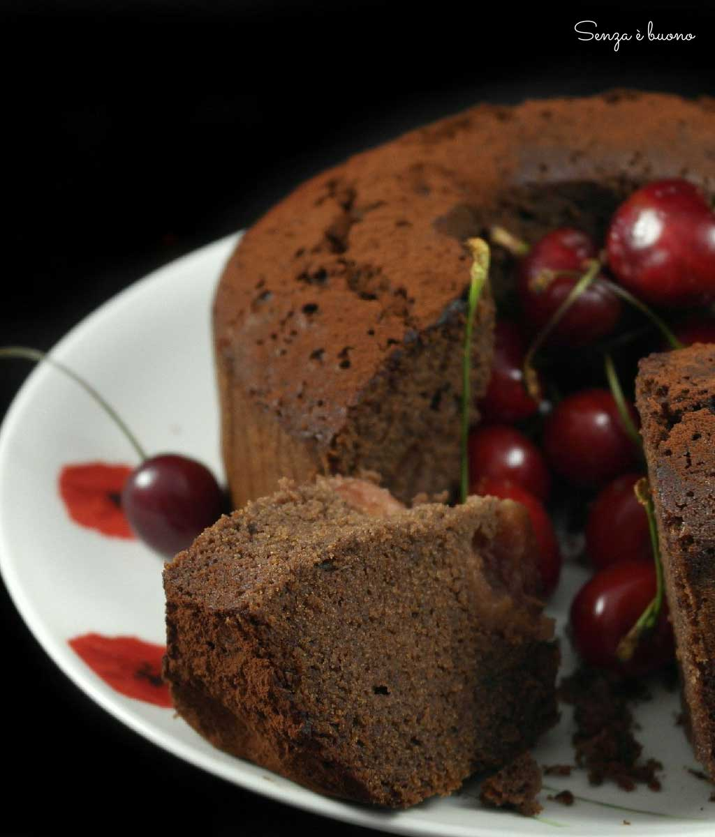 Ciambellone al cacao senza glutine con cioccolato e ciliegie