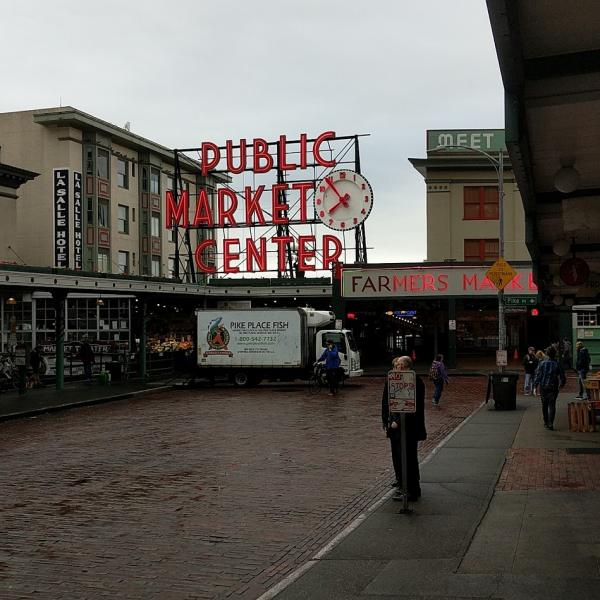 pike-place-market-entrance