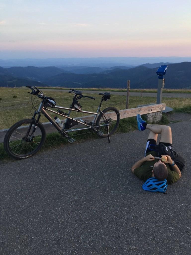 Sepp und Tobi mit dem Mountainbike-Tandem