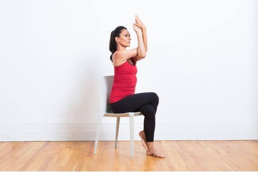 aigle sur chaise - yoga sur chaise