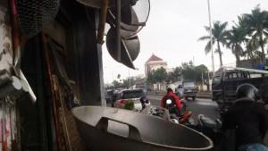Gerai Wajan Raksasa di Jalan Soekarno Hatta, Holis, Bandung | Foto serbabandung.com