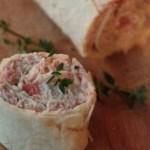 Piadina arrotolata con tonno, scquacquerone e pomodoro