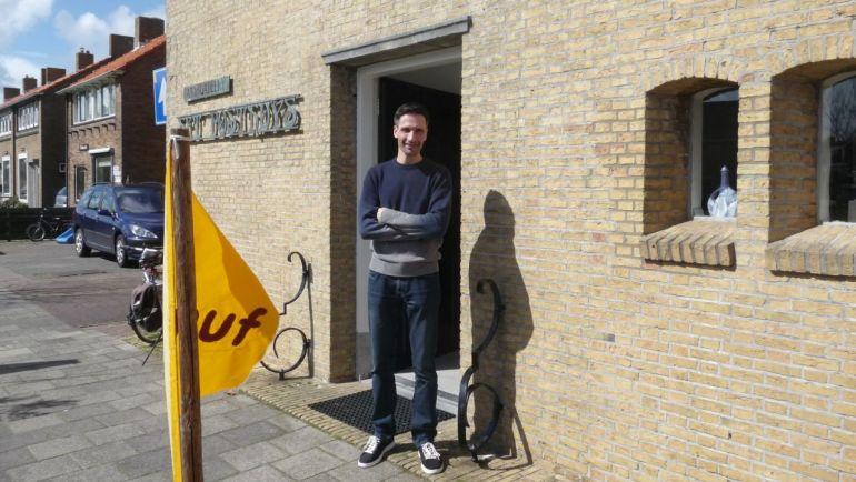 Galerie Posthuys Texel, Serge de Vries bij ingang