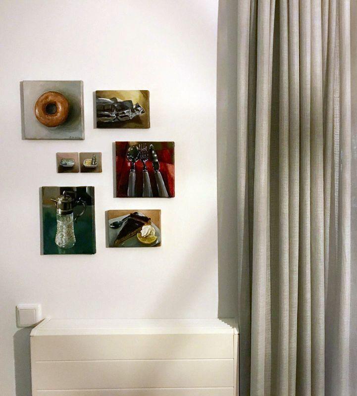 Interieur met diverse schilderijen, Serge de Vries
