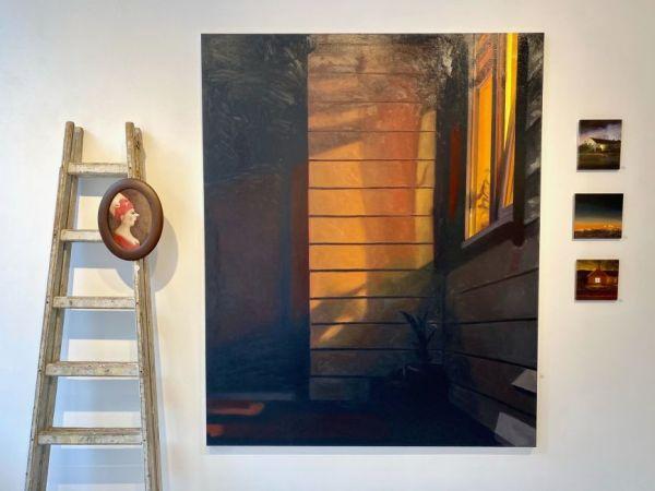 Voordeur bij avond XXL in galerie, Serge de Vries1