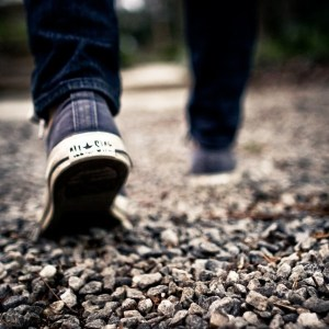 caminar-pies-grava-camino-600x600