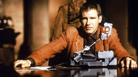 Scena di Blade Runner  il poliziotto Deckard ( Harrison Ford )