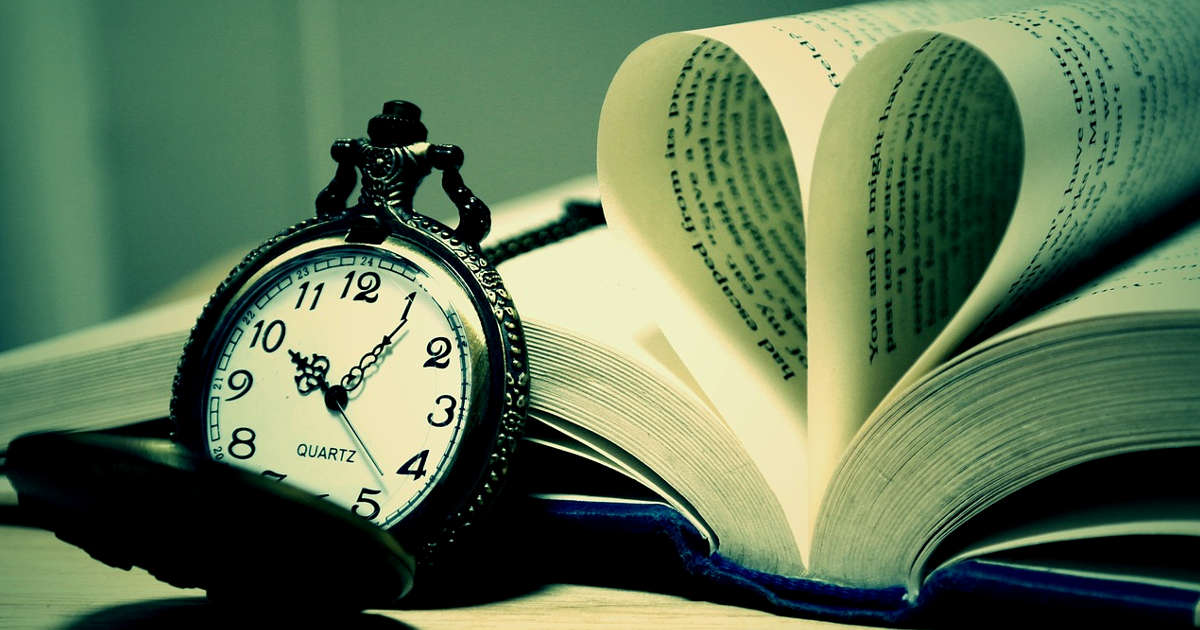 Orologio e libro. Scrivere e convincere in dieci secondi netti.