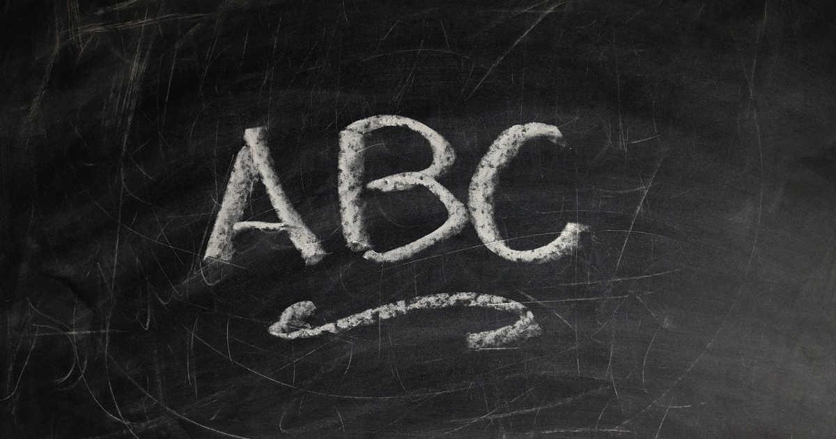 ABC scritto sulla lavagna