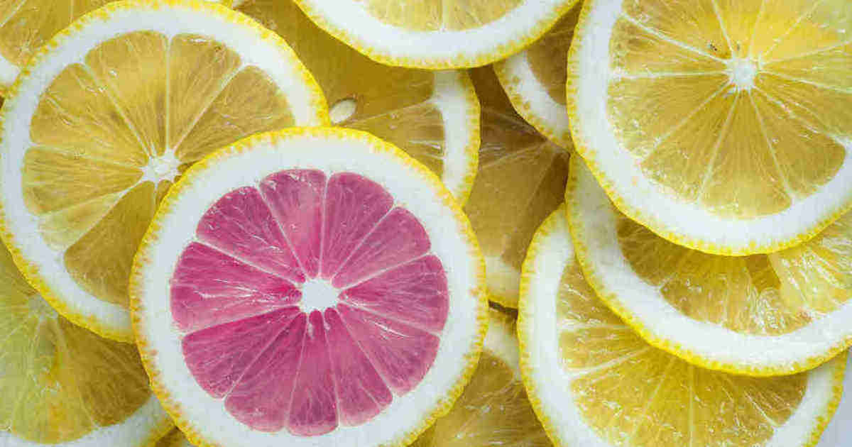 Un fetta di limone rosa fra fette gialle