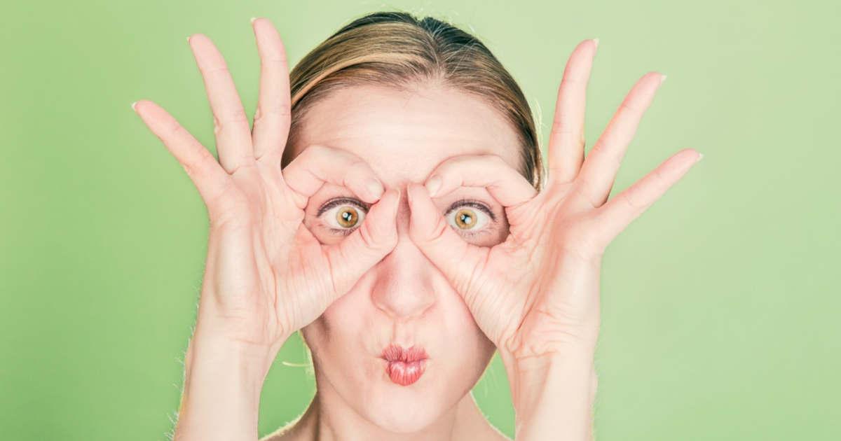 L'attenzione sul volto di una ragazza con gli occhi spalancati.
