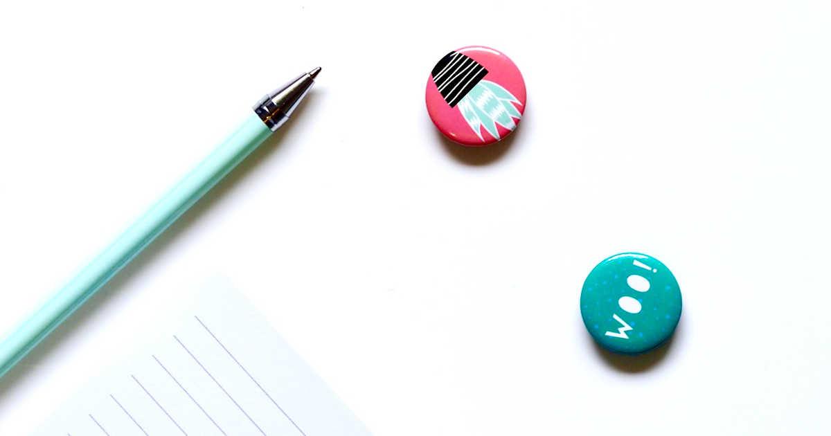 Una penna, un foglio, una pin