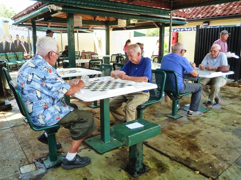exilies cubains jouant aux dominos