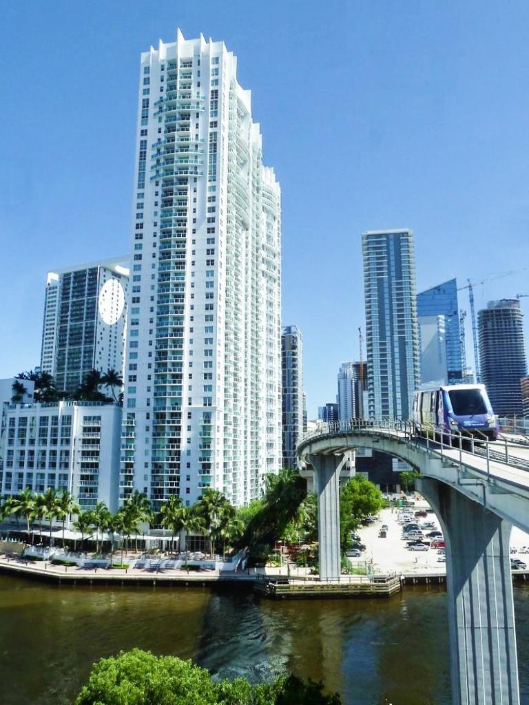 Que faire à Miami ? Faire un tour au metromover avec le centre des affaires de Miami en arrière plan