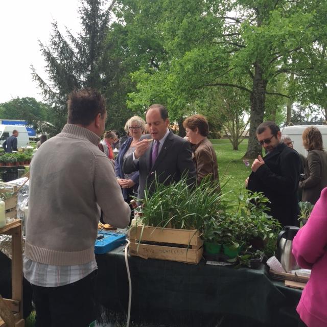 Le maire Bruno Lafon en pleine dégustation d'huître végétale avec le Chef Lassuderie sur le stand de la Serre o delices