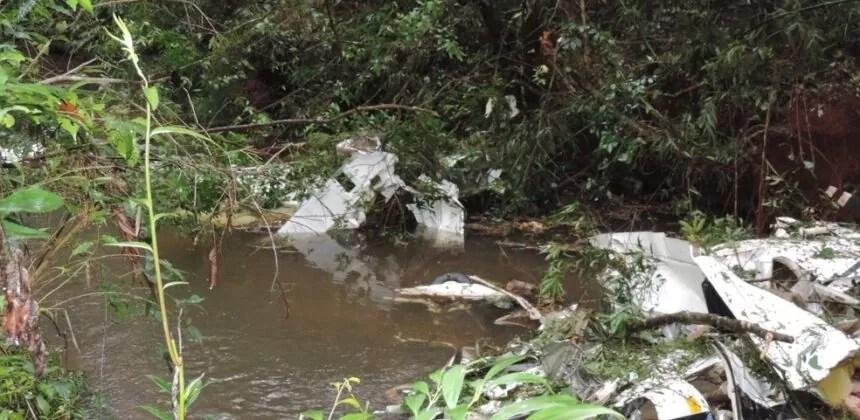 Casal e duas filhas morrem após avião cair dentro de rio na área rural no Paraná