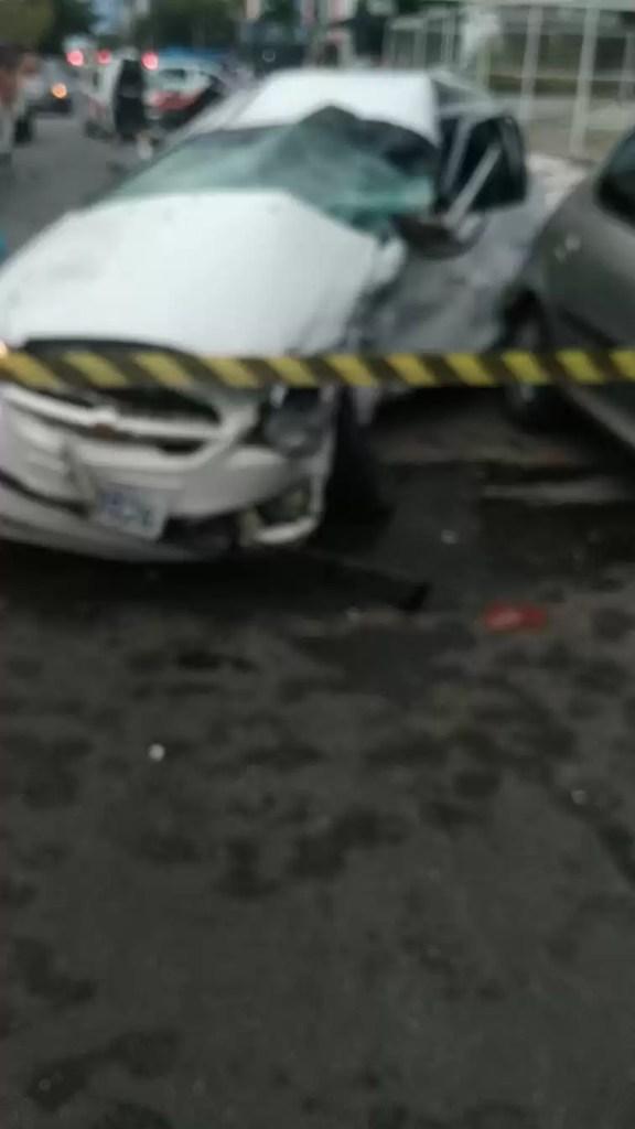 Homem bate em veículo e causa morte de motorista ao fugir da Polícia Militar em carro de luxo no bairro de Manaíra