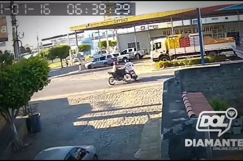 Vídeo mostra colisão entre duas motos em cruzamento em Itaporanga
