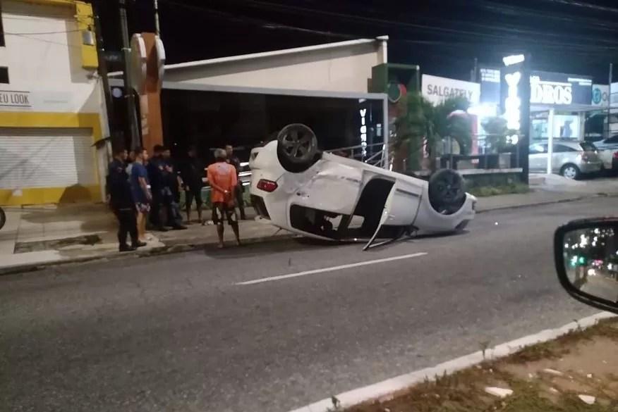 Motorista perde controle de veículo e capota